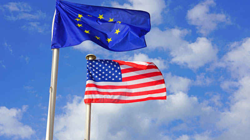 US-amerikanische und EU-Flagge