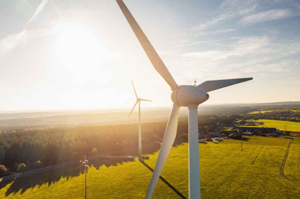 Nachhaltige Geldanlage, Bild mit Windrädern